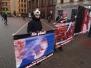 Демонстрация у входа в старый город Риги