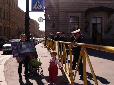 yuv2 - К Мариинскому дворцу активистка пришла требовать закрытия «Ювенты» вместе с двумя маленькими дочерьми