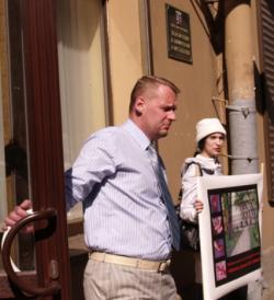 yuv3 - К Мариинскому дворцу активистка пришла требовать закрытия «Ювенты» вместе с двумя маленькими дочерьми