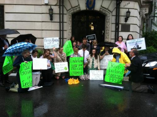 Пикеты ирландских посольств