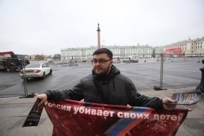 Дмитрий Баранов протестует против абортов на Дворцовой площади Санкт-Петербурга